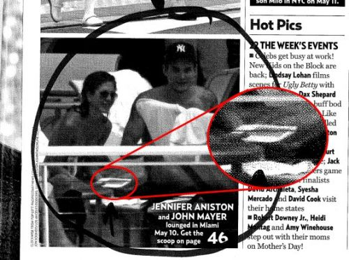 Jennifer Aniston with a Amazon Kindle device